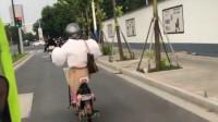 搞笑视频:这就是我们女孩子 穿泡泡袖骑电动车的样子