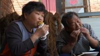 老爸第一次吃鸡蛋灌饼,一口咬下去直呼比买的好吃,吃一个管饱