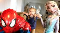 蜘蛛侠:小姑娘与艾尔莎和蜘蛛侠一起做游戏!