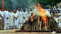 印度18人不听劝摸亲戚尸体缅怀 结果均感染新冠