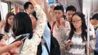小伙在深圳地铁上打电话给收账公司,聊天过程太逗了!