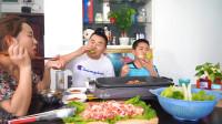 超小厨买4斤五花肉3袋螺蛳粉,小小厨周末休假,全家来个自助烤肉