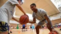 【NBA精华】可爱儿童球场玩转扣篮 翻转腾挪让人惊艳