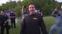 警长脱下防暴装备加入抗议队伍:我想让这成为一场游行,而不是抗议。