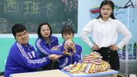 女同学上课吃泡面被发现,没想老师这样子惩罚她,真是太有爱了
