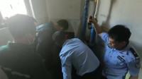 垃圾道内玻璃上挂着一婴儿 消防紧急救援警方已刑事立案