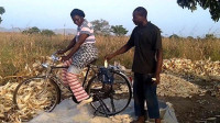 """农村小伙发明""""自行车""""剥玉米机,一天能剥6亩玉米,20元造一个"""