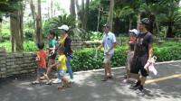 小池和同学两家相约去动物园,陪孩子们疯狂玩耍一天,享受童年