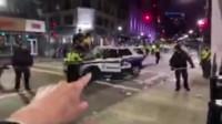 逗逼神操作,美国警察砸自己警车欲栽赃示威者,被众人拍下全程