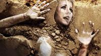 女模特被关入流沙玻璃钢,沙子从头顶灌入将要窒息,结果意外不断