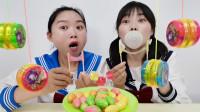 恶作剧:俩闺蜜回忆童年聊趣事,比赛吹泡搅搅糖,一拉一提好开心