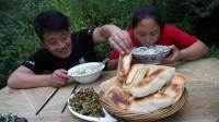 老公改善伙食,带着胖妹去钓鱼,5条小鱼熬锅汤,1人1碗吃的香