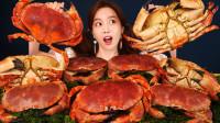 小姐姐吃一桌子面包蟹,开盖后满满的蟹黄吃的超满足,网友:家里难道有矿?