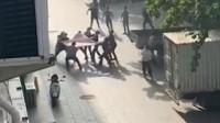 青岛一女子跳楼轻生多人拉被子施救,一施救者被砸倒