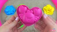 沙滩上玩彩色沙子动物模具和玩具铲子 儿童学习颜色