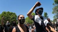勇士众将参加抗议活动 库里夫妇携汤神戴口罩游行