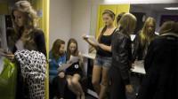 大量乌克兰姑娘涌入东莞,不用辛苦工作的她们,靠什么养活自己?