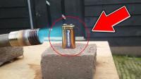 """用喷火枪加热一块电池,会发生什么反应?3秒后""""意外""""发生了!"""