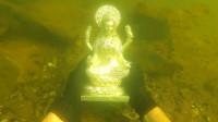 小哥河边寻宝,意外发现价值连城雕像,结果笑得合不拢嘴!