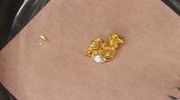 世界上存在能吃黄金的物质?小伙不信实验,网友:直接破产了