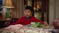 初来乍到:华裔夫妇外出玩了半天,才发现把小儿子遗忘在家,俩人真逗!