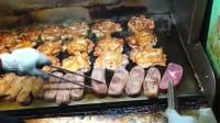 台湾街头现煎现卖的牛排拉面,很难忍住想吃的冲动。