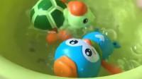 小企鹅找到了小乌龟,它们要看谁游泳的速度快,小豹子和小兔子在一旁看着