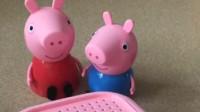 小猪佩奇有一个箱子,小猪佩奇找到了乔治,让它猜了一猜里面有什么