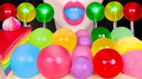 一桌彩色的球形甜点,咬开竟然是蜡瓶做的,果冻球闪闪发光就像闪耀的灯球