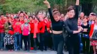 上海小夫妻,配合的天衣无缝,赢来了围观群众的阵阵欢呼!