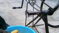 山西农民大哥用自行车轮毂自制的,玉米脱粒神器,效率提高了几倍!