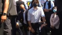 加总理特鲁多上街参与反种族歧视运动 当众直接跪下 众人一片惊呼