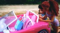 芭比的小汽车在野外抛锚陷进泥泞推不动,打电话请肯来修车
