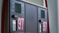 男子给车加油嫌油价太贵,下一秒戏剧化的一幕发生了,引发哄抢!