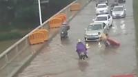 暴雨导致塑料水马堵塞道路,外卖小哥这个举动感动网友