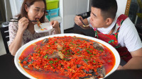 """超小厨做""""剁椒碟鱼头""""4只鱼头一瓶剁椒,吃鱼肉汤拌饭,真过瘾"""