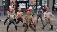 广东广州包工头:农民工身怀绝技,开工之前先来段太极,气质这块控制的很到位。