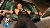 NXT接管大赛:玩大了!亚当被天鹅绒之梦推下铁梯 砸爆前挡风玻璃