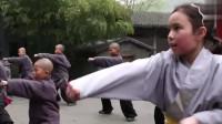 外国人在中国:在混血女弟子上少林寺学艺,小武僧看见害羞:我不会教她