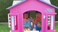 美国儿童时尚,充气马给小萝莉的玩具屋坏了,小正太用积木堆房子