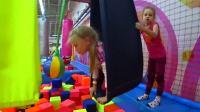 国外少儿时尚,小萝莉在大型游乐场玩耍,超级搞怪