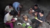湖南农村大山里的晚餐,一家人围着火堆吃饭,世外桃源般的生活
