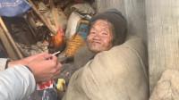 贫困山区独自生活的老奶奶,说不想活了,听完老奶奶的话让人感动
