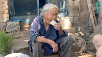 农村86老奶奶生活凄苦,丈夫孩子相继去世,如今看她生活的咋样?