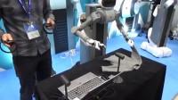 体感机器人叠衣服