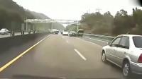 监控:太可恨,美国司机高速上强行变道引发车祸 ,不管不顾自己跑了。网友:太没素质了