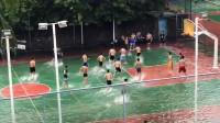 篮球场积水没过脚背 一大群男生光脚丫趟水打球 网友:看着都开心