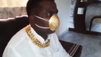 印度男子万元定制黄金口罩预防新冠 重量达2500克