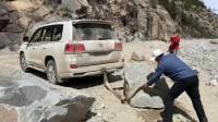 """越野的丰田车都是""""干苦力""""的命, 一箱油800块钱都用来拉石头了"""