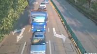 监控实拍:货车司机超载,过路口时刹不住,前方轿车惨被追尾!